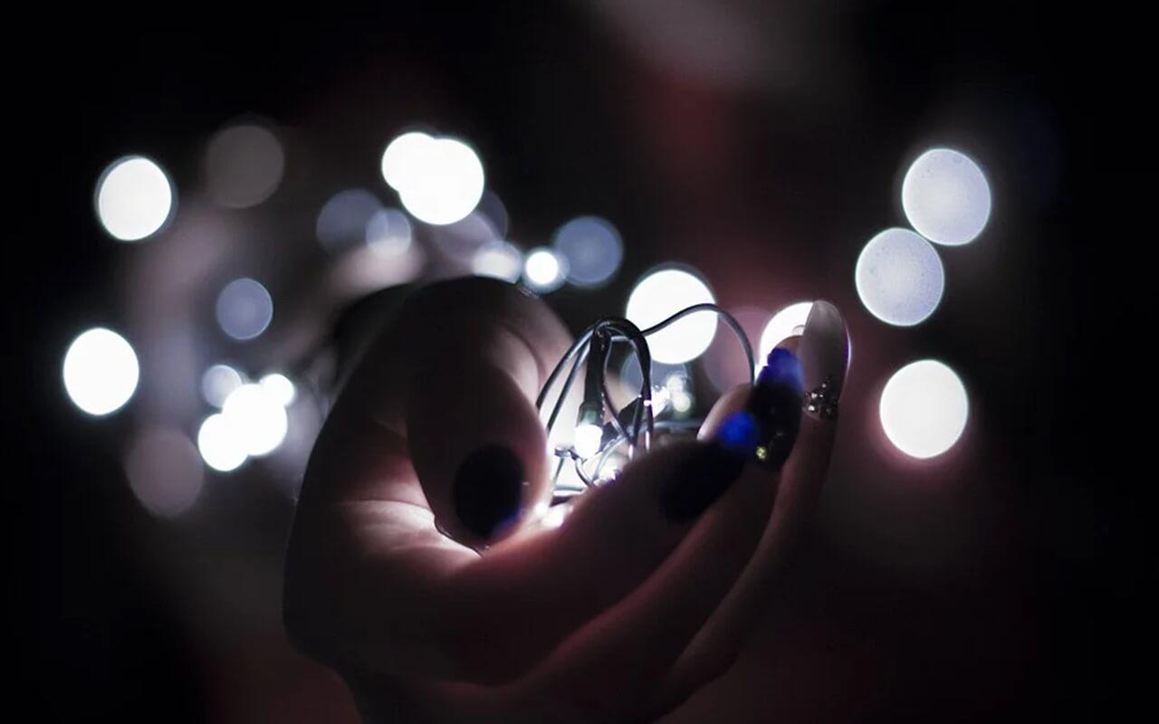 손안의 작은 전구