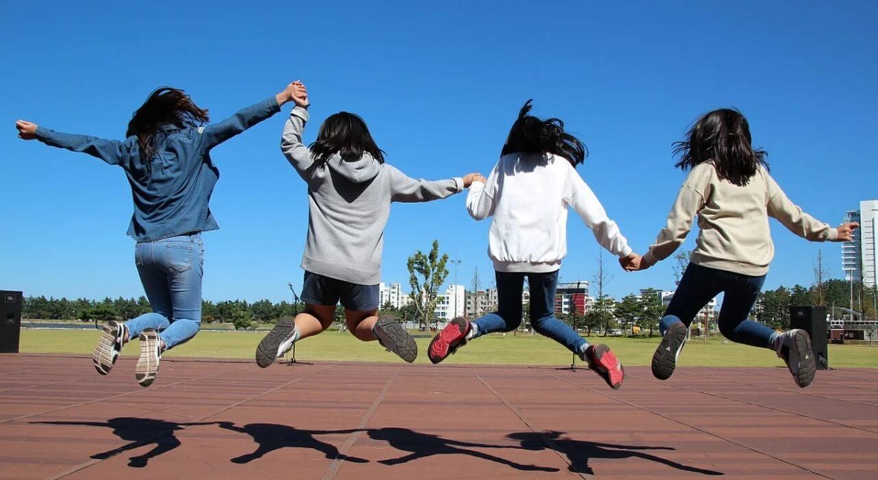 점프하는 청소년