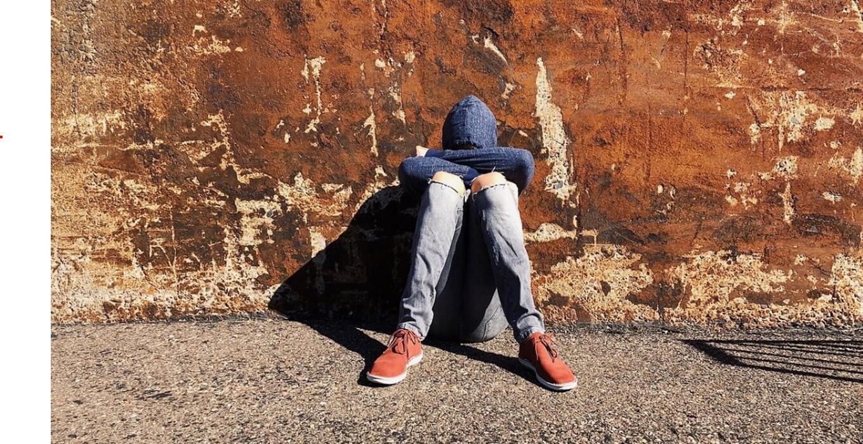 앉아있는 청소년